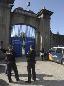 20131029 La Opinion - Policias a la puerta