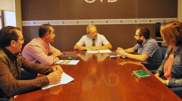 20150629 Asturias24 - Alcalde Oviedo con Asociación Trubia