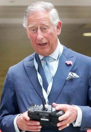 20150710 Principe Gales manejando un robot