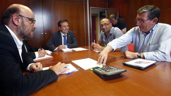 04/08/15 OVIEDO.REUNION DEL CONSEJERO DE INDUSTRIA FRANCISCO BLANCO CON DELEGADOS DE LOS SINDICATOS MINEROS.FOTO:PABLO LORENZANA................