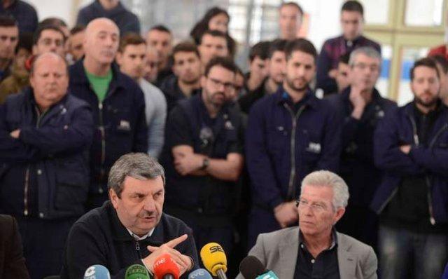 01 diciembre 2015 A Coruña.- La falta de recursos obliga a la Fábrica de Armas a centrarse en el sector civil  En la foto los trabajadores detrás de Ramón Mejuto para prestarle su apoyo