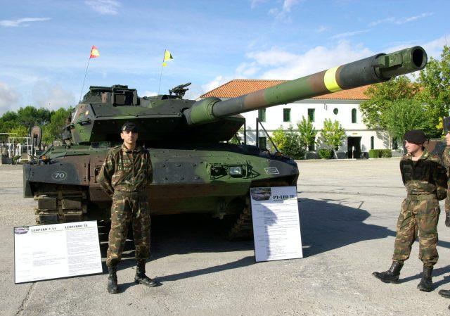 """PRESENTACIÓN DEL CARRO DE COMBATE LEOPARDO 2E: MADRID.16-10-2002.-El Ministerio de Defensa presentó esta mañana en la base de """"El Goloso"""" el nuevo carro de combate """"Leopardo 2E"""", versión española mejorada del modelo alemán """"Leopard 2A6"""", que Santa Bárbara (General Dynamics) comenzará a entregar el año próximo al Ejército de Tierra.EFE/J.L.PINO"""